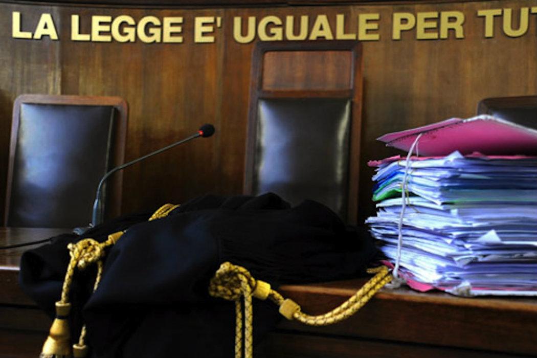 Tribunale_bancone_toga